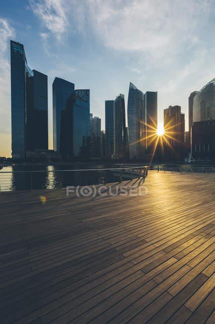 Singapura, Marina Bay edifícios distritais ao pôr do sol — Fotografia de Stock