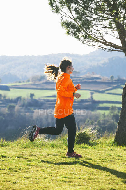 Young female jogger on the move — Stock Photo