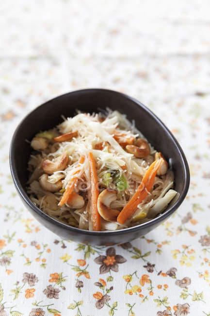 Wok блюдо з білим капусти, моркву, цибулю-порей, яйцем і рисом локшиною — стокове фото