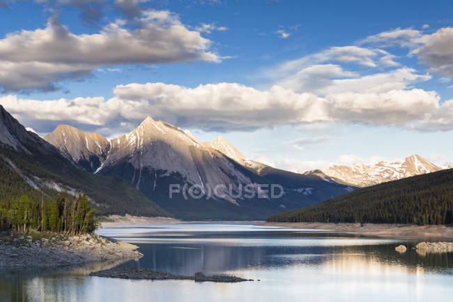 Canada, Alberta, Jasper National Park, Maligne Mountain, Maligne Lake, Medicine Lake — Stock Photo