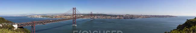 Portugal, Lisboa, vista do 25 de Abril ponte no rio Tejo — Fotografia de Stock