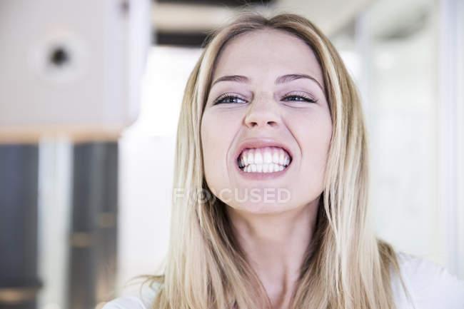 Blonde Frau mit gebleichten Zähnen — Stockfoto