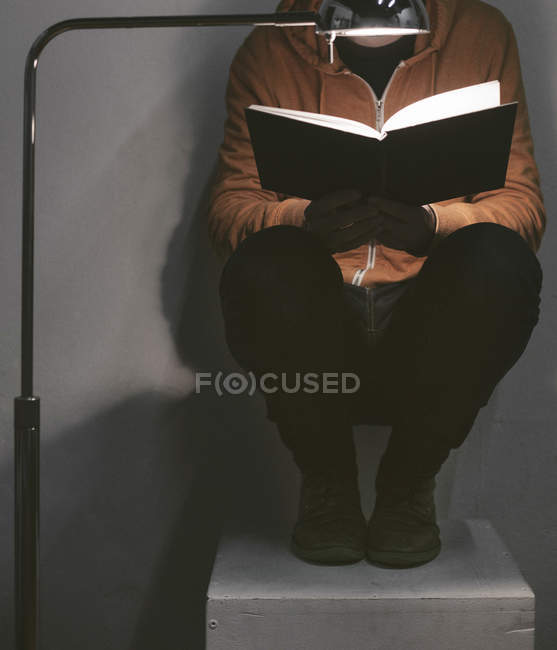 Man reading a book at home, partial view — Stock Photo