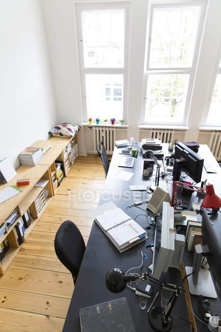 Vue intérieure de l'espace de travail dans un bureau vide moderne — Photo de stock