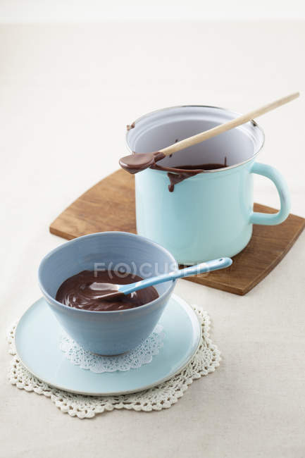 Budín de chocolate con crema en la taza y taza, closeup - foto de stock