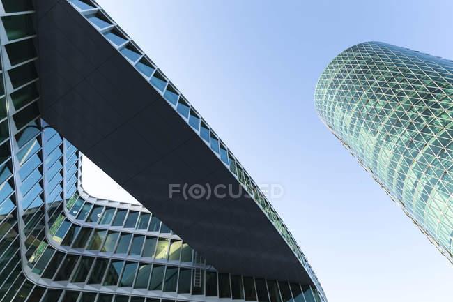 Вид снизу на башню Вестхафен в дневное время, Франкфурт, Германия — стоковое фото