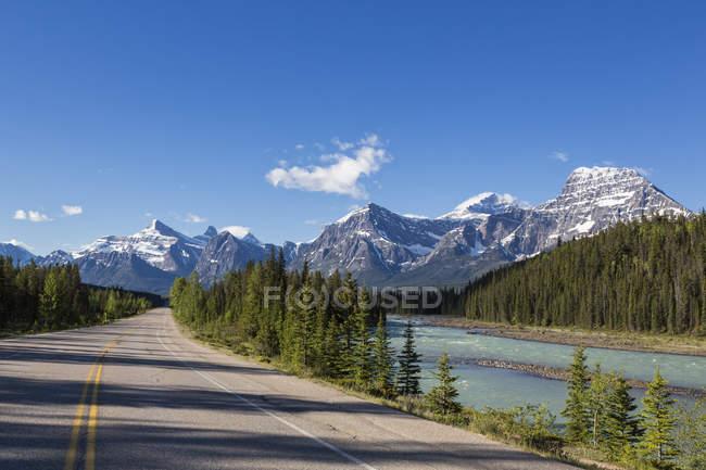 Canada, Alberta, parc national Jasper, parc national Banff, promenade des Glaciers le long de la rivière Athabasca — Photo de stock