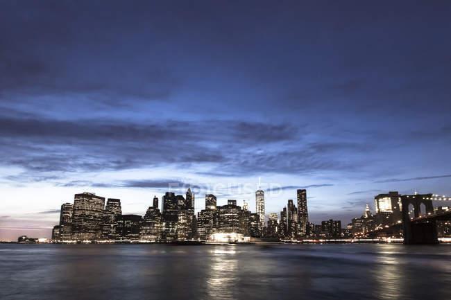 Estados Unidos, Nueva York, Vista desde Brooklyn a Manhattan, Puente Manhatten, hora azul - foto de stock