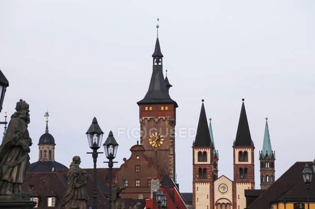 Germania, Baviera, Wuerzburg, paesaggio urbano di città con il ponte vecchio e Cattedrale di San kilian Mostra la sera — Foto stock