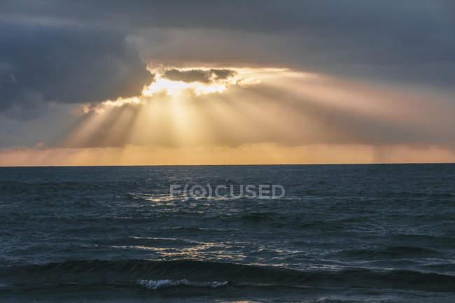 USA, Hawaii, Oahu, Sunset with light rays on the sea — Stock Photo