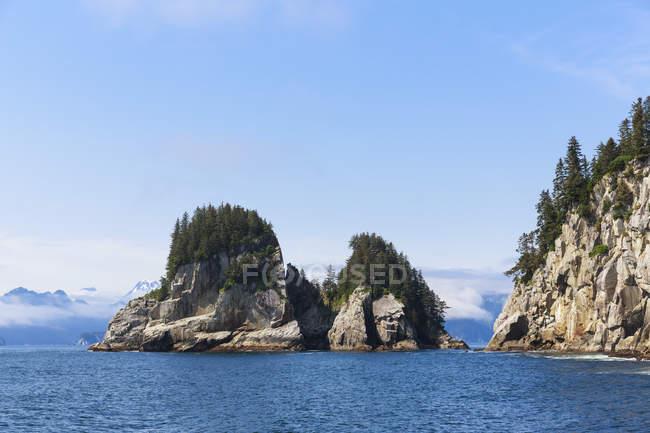 Blick auf Felseninsel bei Tag, Auferstehungsbucht, Seward, Alaska, USA — Stockfoto