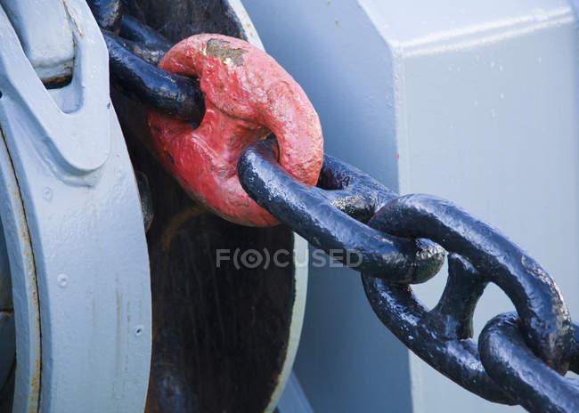 Якорная цепь с красным звеном цепи, закрыть — стоковое фото