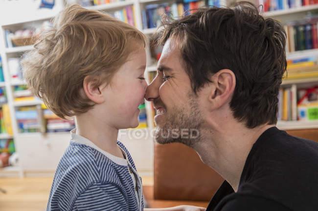 Дальше и сын терется носами — стоковое фото