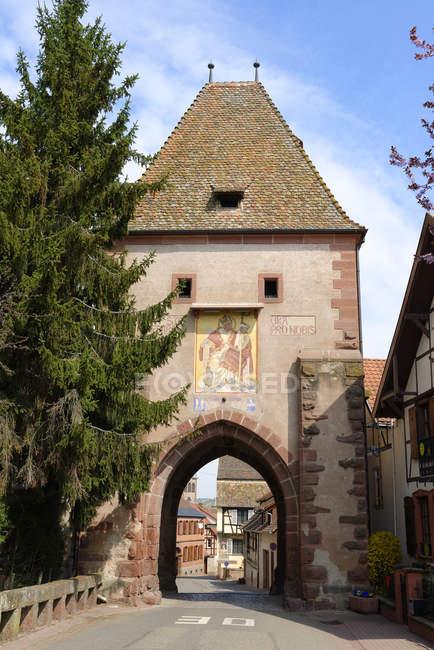 Francia, Alsazia, Boersch, cancello superiore durante il giorno — Foto stock