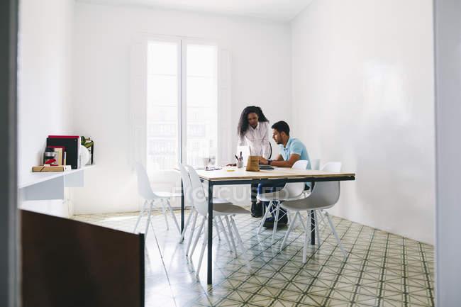 Joven hombre de negocios y mujer trabajando juntos en el cargo - foto de stock