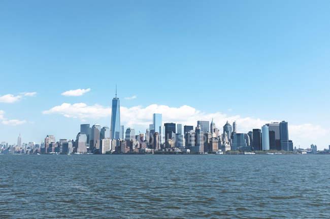 Veduta dello skyline di Manhattan e dell'East River di giorno, New York, USA — Foto stock