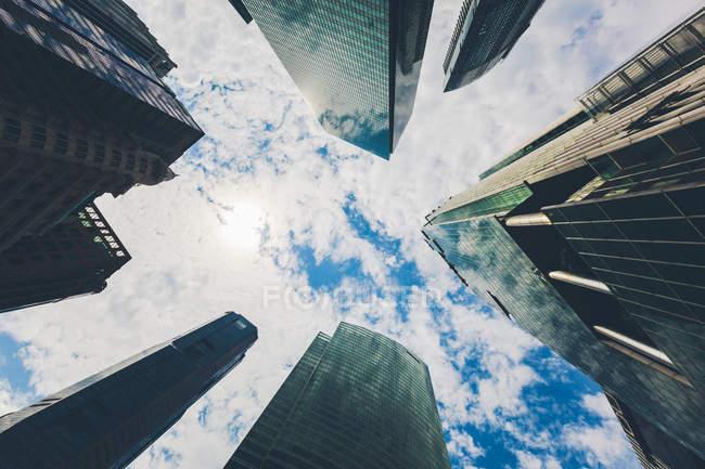 Сінгапур, хмарочосів проти неба, низький кут зору — стокове фото