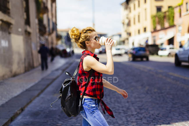 Italie, Vérone, femme buvant du café pour aller dans la ville — Photo de stock