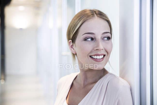 Жінка по стіні дивлячись сторону — стокове фото
