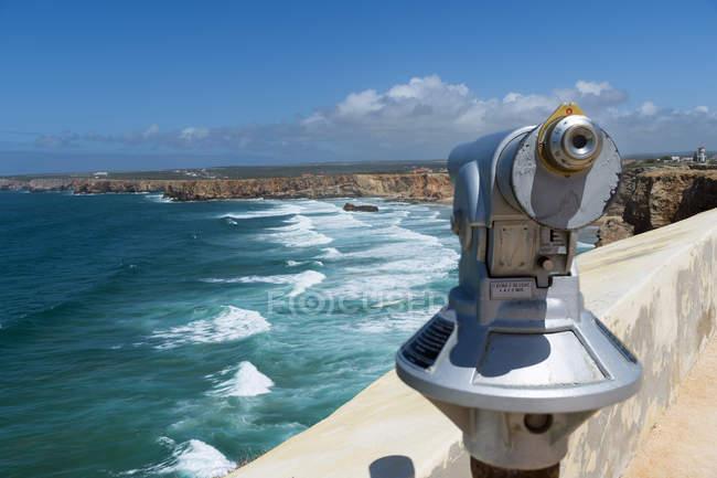 Telescópio no ponto de vista por costa rochosa — Fotografia de Stock