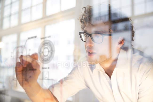 Porträt junger Architekt markiert Bauplan im Amt — Stockfoto