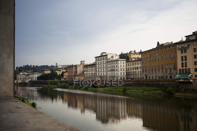 Італія, Тоскана, Флоренції, переглянути берегової лінії річки Арно — стокове фото