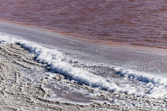 Solution Saline de Walvis Bay, Namibie contre l'eau pendant la journée — Photo de stock
