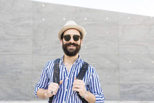 Бородатый мужчина в солнечных очках и рюкзаке — стоковое фото
