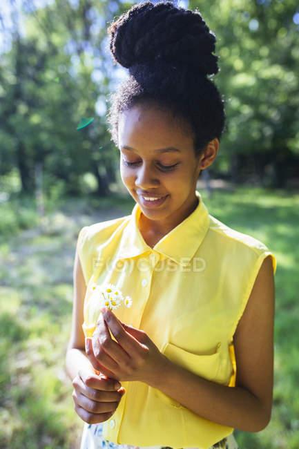 Portrait de jeune femme souriante avec des marguerites — Photo de stock