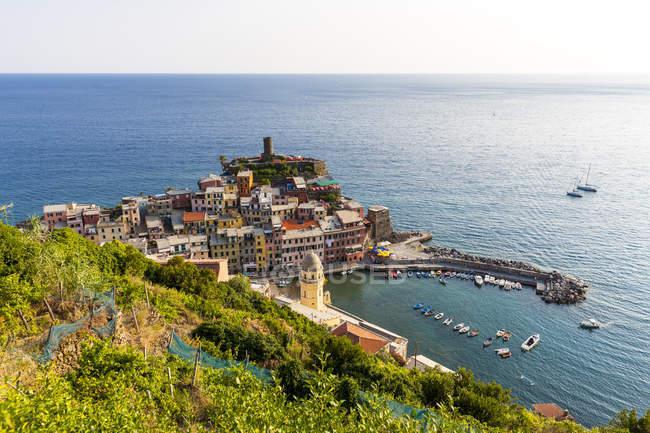 Italia, Liguria, Cinque Terre, Veduta di Vernazza durante il giorno — Foto stock