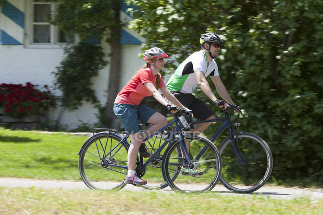 Мужчина и девушка на велосипедный тур походы велосипед — стоковое фото