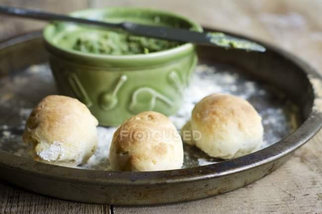 Pizza Brötchen mit Rucola und Basilikum Pesto serviert auf Tablett Schale — Stockfoto