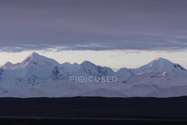 Salida del sol sobre la gama de Alaska en el Parque Nacional de Denali, Alaska, Estados Unidos - foto de stock