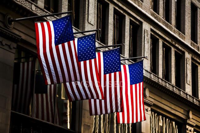 EUA, quatro bandeiras americanas na fachada — Fotografia de Stock