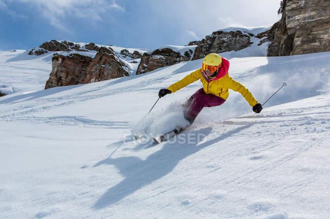 Suisse, Grisons, Obersaxen, skieuse ski vers le bas de la pente — Photo de stock
