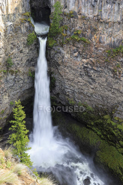 Canada, British Columbia, Wells Gray Provincial Park, Spahats Creek Falls scenic view — Stock Photo