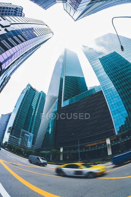Сінгапур, downtown, вид на дорозі і сучасних будівель, риб'ячий очей — стокове фото