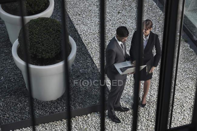 Бізнесмен і підприємець з ноутбуком — стокове фото