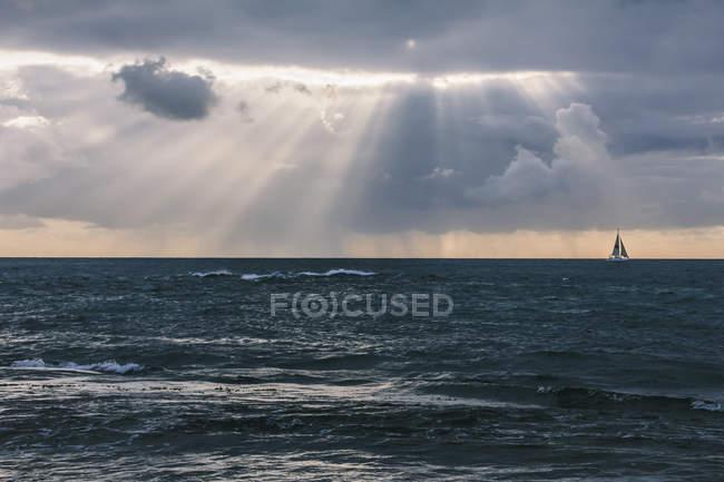 США, Гавайи, Оаху, море на закате с парусником — стоковое фото