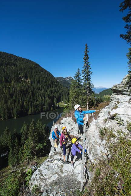 Austria, Salzburg State, Altenmarkt-Zauchensee, family climbing in mountains — стокове фото
