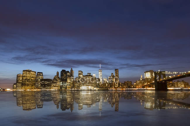 États-Unis, New York, vue de Brooklyn à Manhattan, Manhattan Bridge illuminé à l'heure bleue — Photo de stock