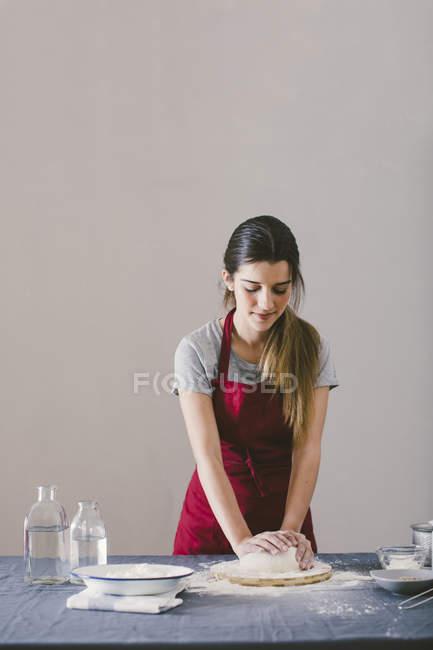Жінка замішування тіста для підготовки домашній хліб — стокове фото