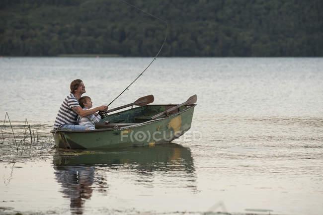 Germania, Renania-Palatinato, Laacher See, padre e figlio pesca dalla barca — Foto stock