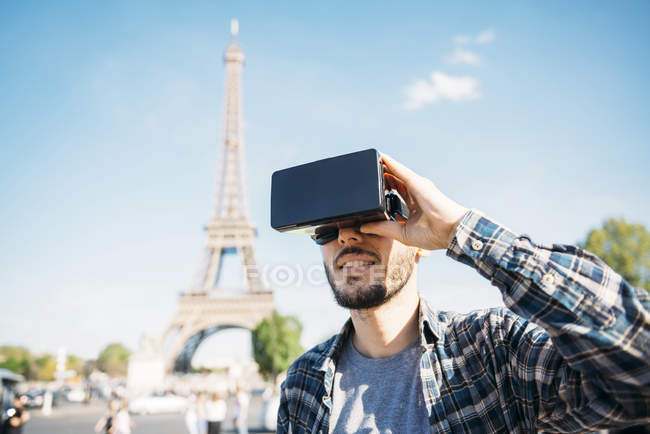 France, Paris, man traveling to Paris via virtual reality glasses — Stock Photo