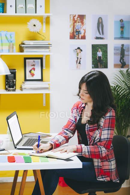 Femmina fashion blogger telefonare al suo ufficio — Foto stock