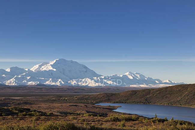 Monte Mckinley e reflexão de maravilha lago no Parque Nacional Denali, Alasca, Estados Unidos da América — Fotografia de Stock
