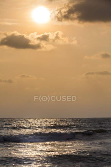 Sri Lanka, Province de l'Ouest, Waskaduwa, Coucher de soleil sur l'océan — Photo de stock