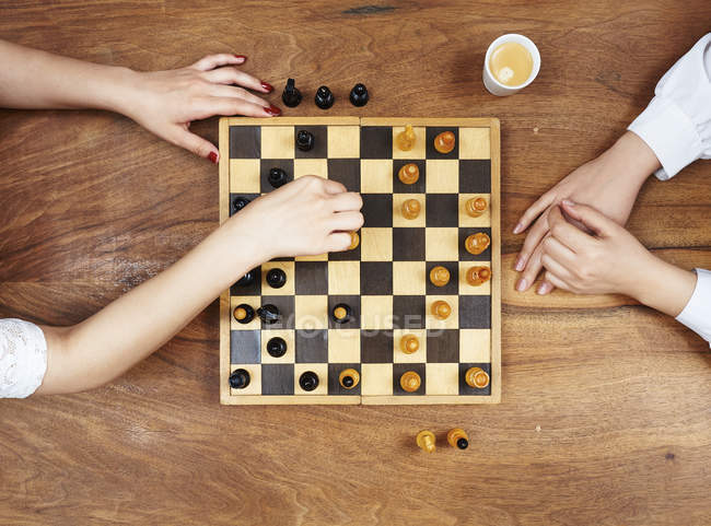 Вид сверху руки, игра в шахматы — стоковое фото