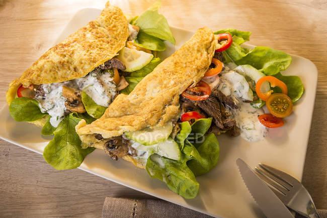 Кебаб омлет заполнены говядина, шампиньоны, лук, салат и соусом йогурт, низким углеводов — стоковое фото