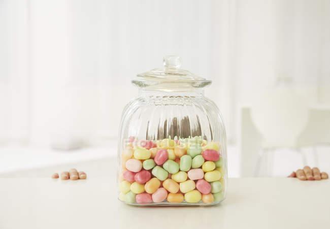 Garçon avec pot de bonbons — Photo de stock